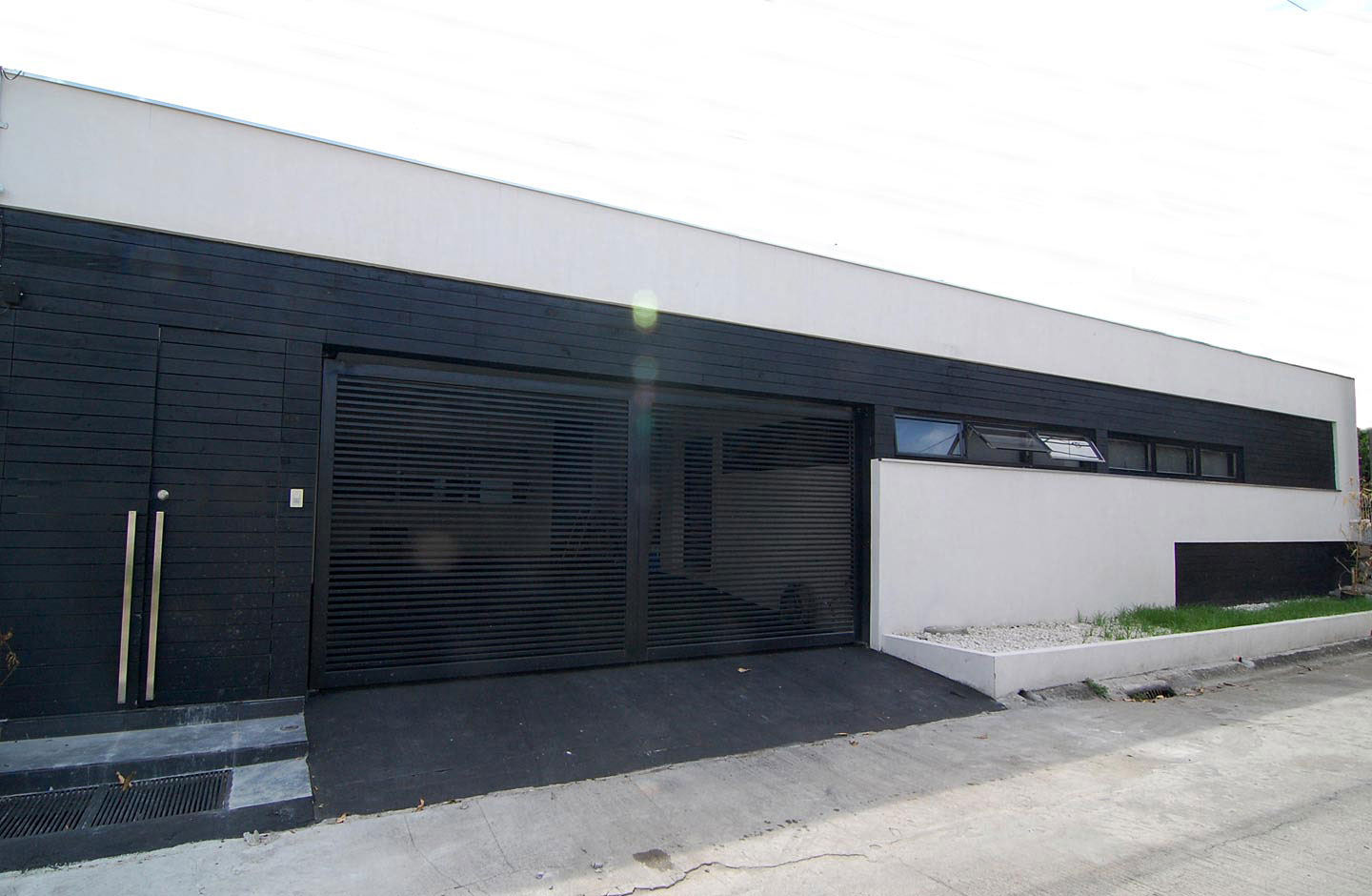 940 #415D34 Contemporary Courtyard House By Buensalido Architects 1 pic Black Steel Garage Doors 36511440