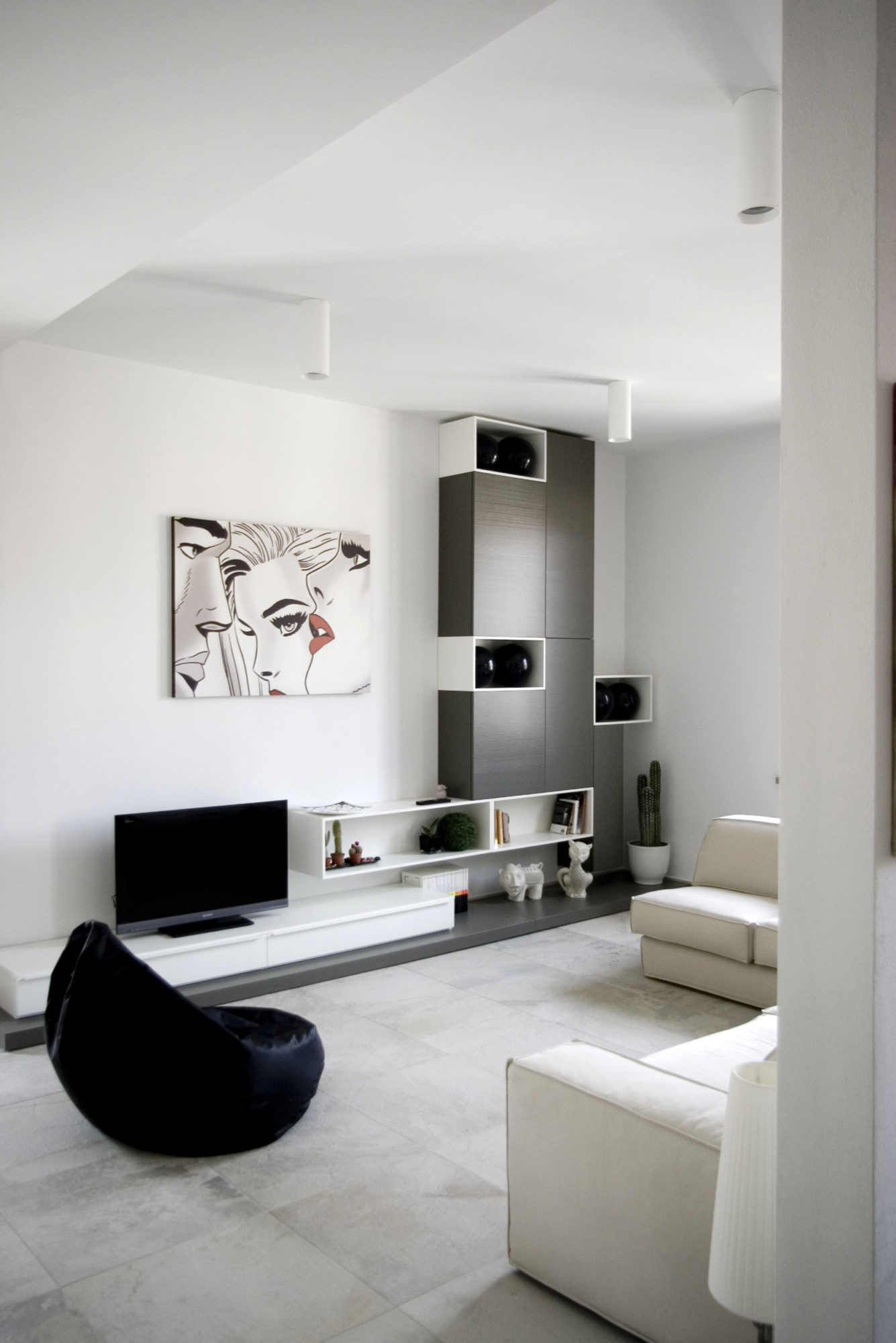 Minimalist interior by msx2 architettura for Minimalist apartment living room