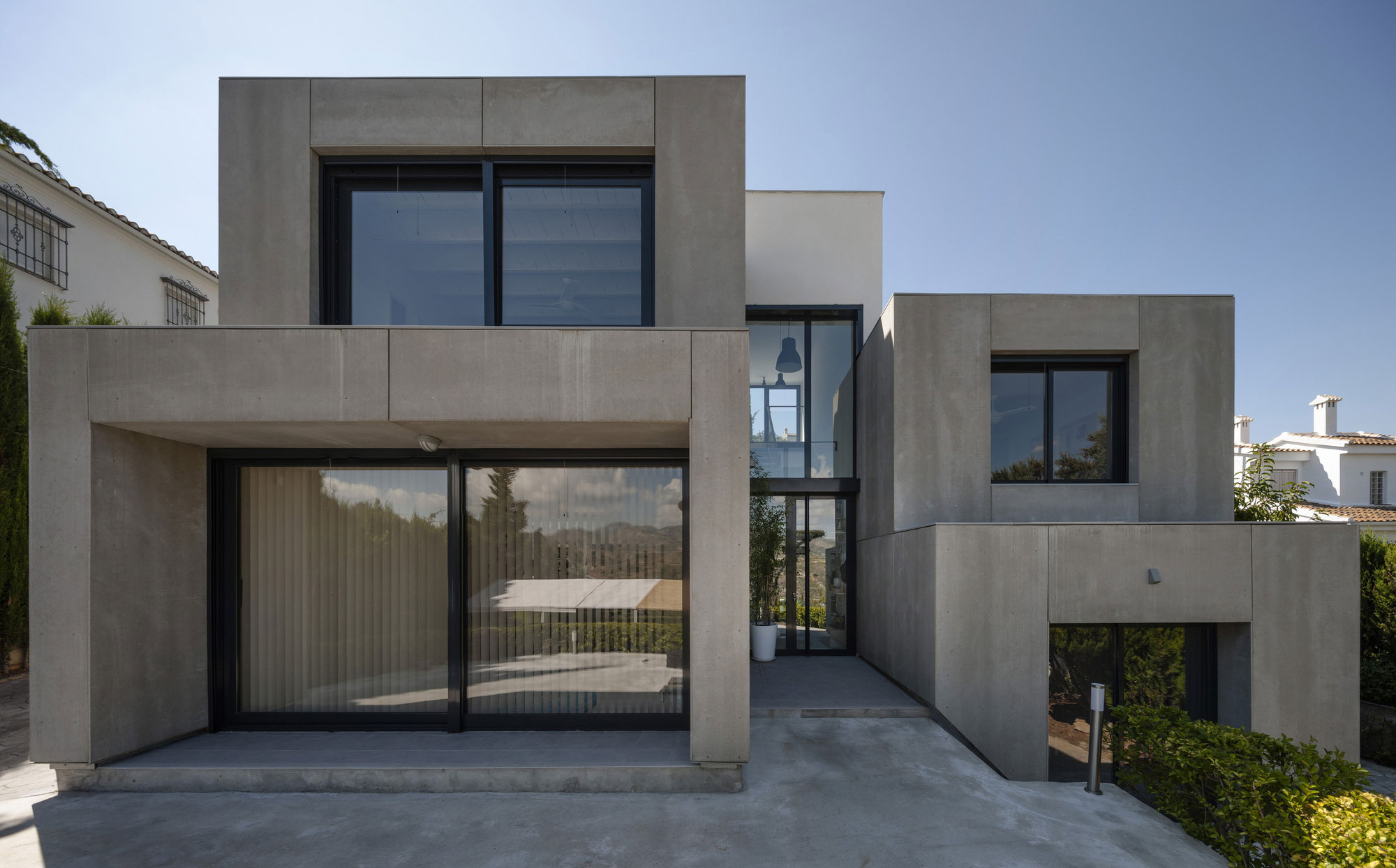 Modern and elegant c c house in granada spain 4 for Modern and postmodern design of building